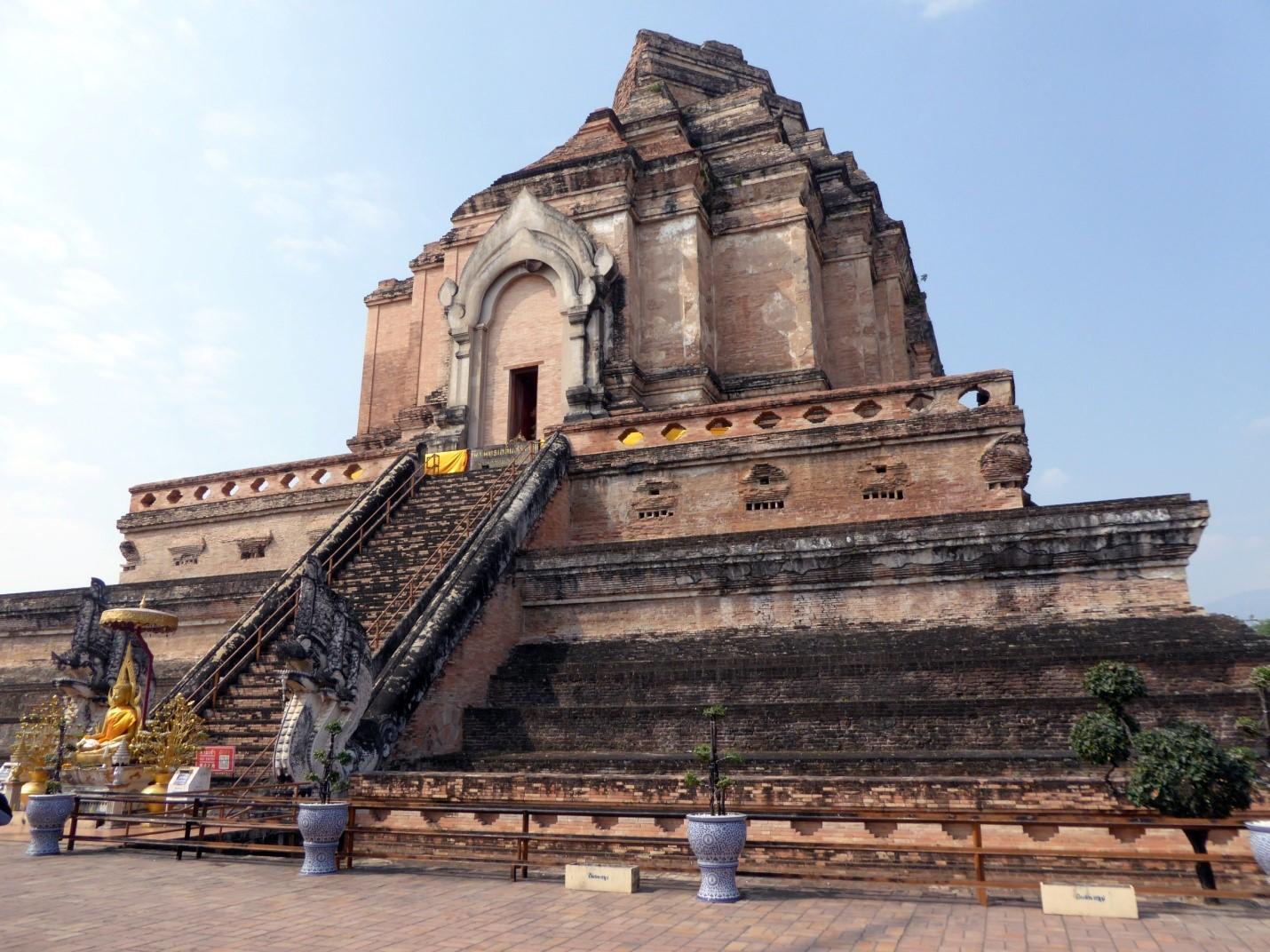 pic2_柴迪隆寺堪稱清邁城內第一大寺。寺內的大佛塔據說原先高80-90米。這是塔的基座.jpg